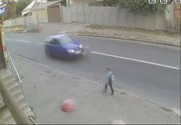 زنده ماندن معجزه آسای یک کودک بعد از تصادف در اوکراین + فیلم