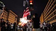 معترضان ضد نژادپرستی در پورتلند پرچم آمریکا را به آتش کشیدند