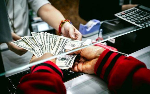 دلار اولین روز معاملاتی هفته را با کاهش قیمت شروع کرد