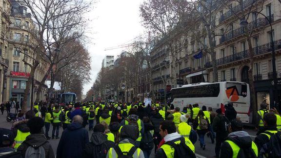 آغاز تظاهرات جلیقه زردها در خیابان های فرانسه / شعارهای ضد ماکرون در خیابان های فرانسه طنین انداز شده است