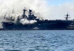 ناو جنگی آمریکایی بر اثر انفجار از روز یک شنبه دچار آتش سوزی شدید شده است