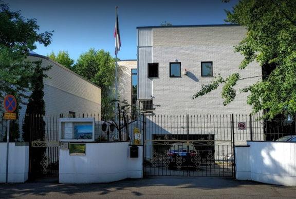 گروهی آشوبگر پرچم ایران در سفارت فنلاند را آتش زدند