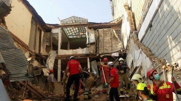ریزش یک ساختمان سه طبقه در تهران/ کارگران زیر آوار محبوس شدند