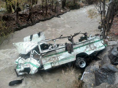 سقوط یک دستگاه به مینی بوس به دره در گیلان