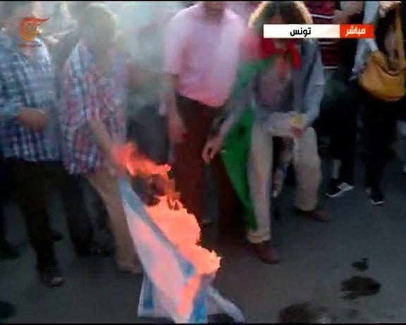 اعتراض شدید تونسی ها در واکنش به سفر یک هیئت اسرائیلی به تونس / تونسی ها پرچم اسرائیل را آتش زدند