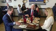 مایک پنس در اوج کرونا به رستوران رفت