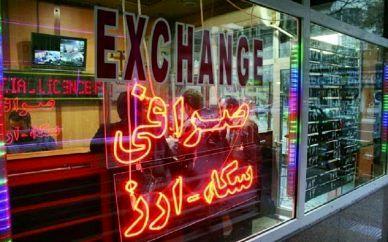 صرافان اعتراض خود را به تصمیمات ارزی بانک مرکزی نشان دادند / دلار در بازار آزاد 5300 تومان